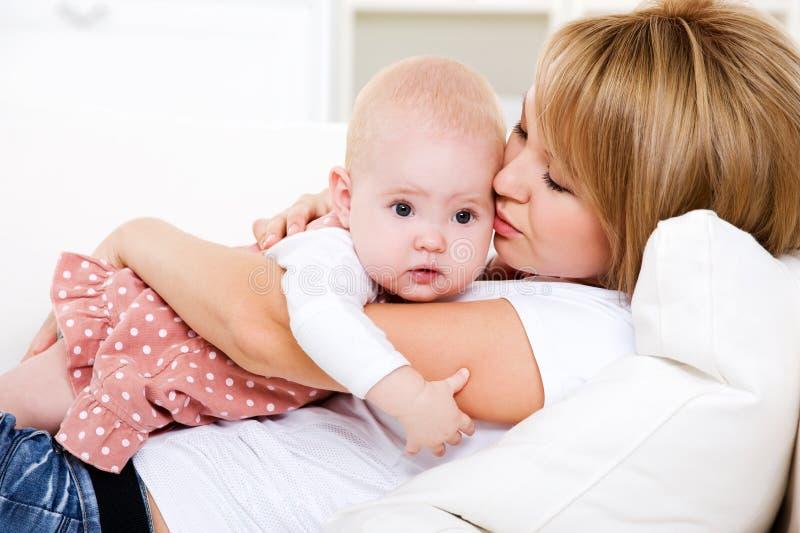 Loving sira de mãe a seu bebê recém-nascido fotografia de stock royalty free