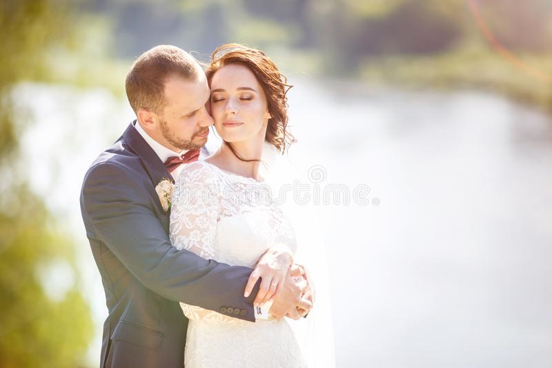 Loving van een paar nieuwigheden loopt vlakbij een brede rivier in zomerzonnige dag royalty-vrije stock afbeelding