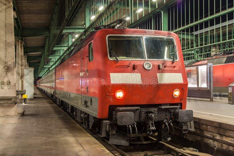 Lovomotive électrique avec le train d'intersity dans la station de Stuttgart image libre de droits