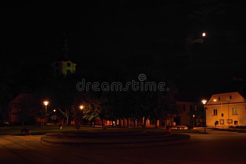 Lovosice, Τσεχία - 21 Αυγούστου 2018: Πλατεία του Wenceslas μετά από την αναδημιουργία στη νύχτα 50 έτη μετά από τη σοβιετική κατ στοκ εικόνα με δικαίωμα ελεύθερης χρήσης