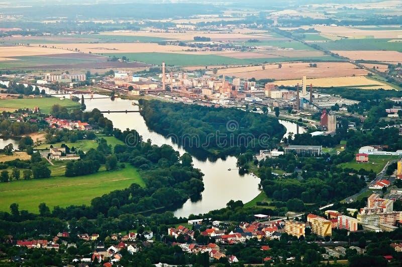 Lovosice, Τσεχία - 5 Ιουλίου 2017: Μεγάλο εργοστάσιο χημικής βιομηχανίας σε Lovosice στον ποταμό Labe στην περιοχή τουριστών όταν στοκ φωτογραφία με δικαίωμα ελεύθερης χρήσης