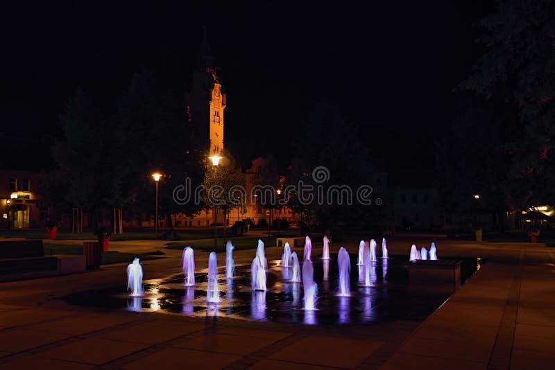 Lovosice, Tsjechische republiek - 21 Augustus, 2018: nieuwe verlichting fontane op het vierkant van Wenceslas in nacht 50 jaar na royalty-vrije stock afbeelding