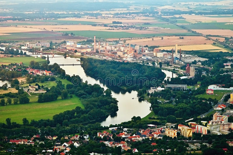 Lovosice, Tsjechische republiek - 05 Juli, 2017: Grote Chemische Installatie in Lovosice bij Labe-rivier op toeristengebied wanne royalty-vrije stock fotografie
