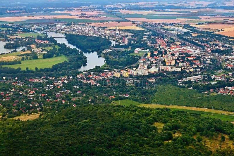 Lovosice, Tsjechische republiek - 05 Juli, 2017: Lovosicestad met Europese rivier Labe wanneer bekeken van Lovos-heuvel in Tsjech royalty-vrije stock fotografie