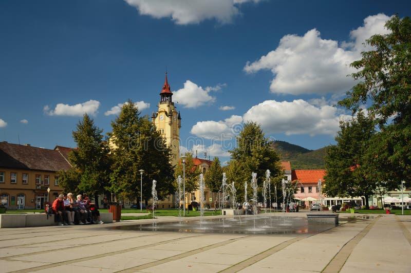 Lovosice, Tsjechische republiek - 08 September, 2018: nieuwe fontane op het vierkant van Wenceslas tijdens middag royalty-vrije stock fotografie