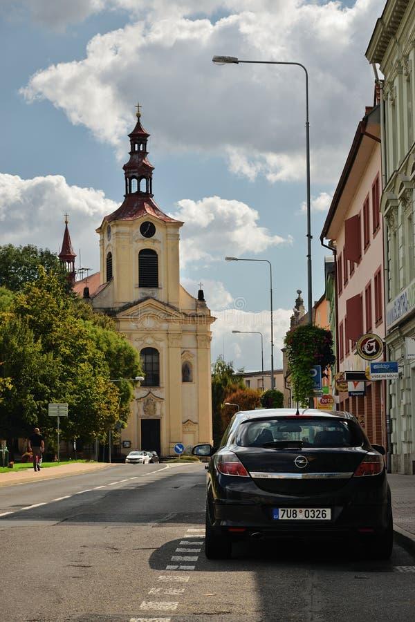 Lovosice, Tsjechische republiek - 08 September, 2018: zwarte die auto Opel Astra in Osvoboditelu-straat met Kostel Svateho Vaclav royalty-vrije stock foto