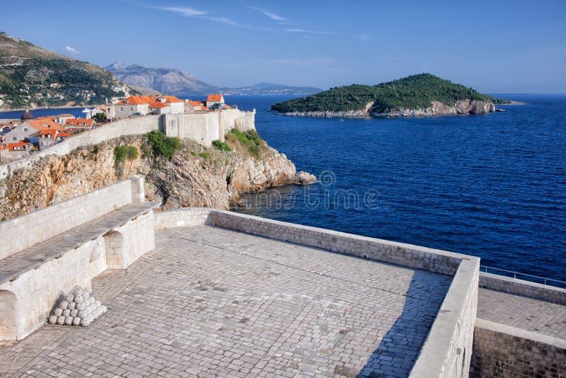 杜布罗夫尼克、堡垒Lovrijenac和Lokrum海岛 免版税库存图片