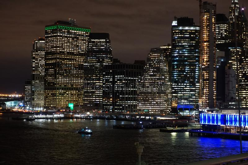 Lower Manhattan bij nacht van Brooklyn royalty-vrije stock afbeelding