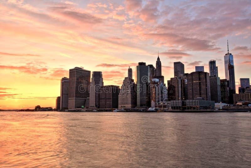 Lower Manhattan de New York City con el puente de Brooklyn en la puesta del sol imagenes de archivo