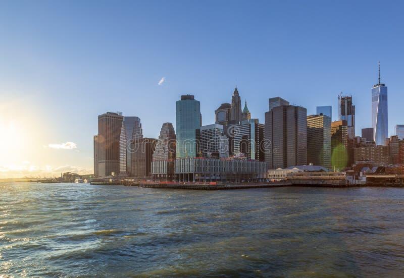 Lower Manhattan del río Hudson durante puesta del sol en Nueva York, NY imagen de archivo libre de regalías