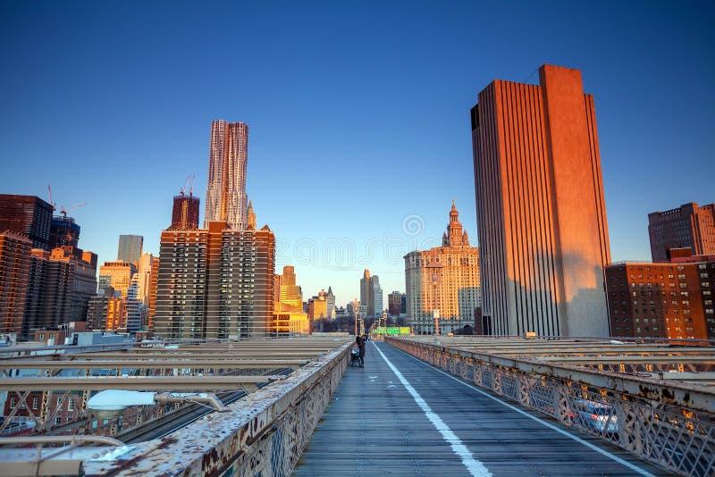 Lower Manhattan door de Brug van Brooklyn bij zonsondergang, de Stad van New York stock fotografie