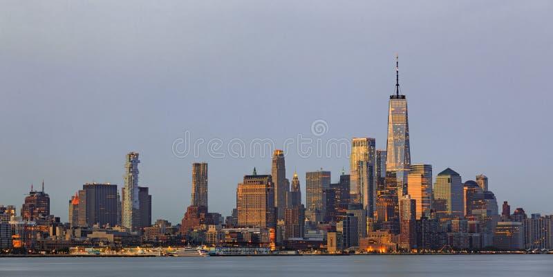 Lower Manhattan linia horyzontu od bydła przy zmierzchem, NYC fotografia stock