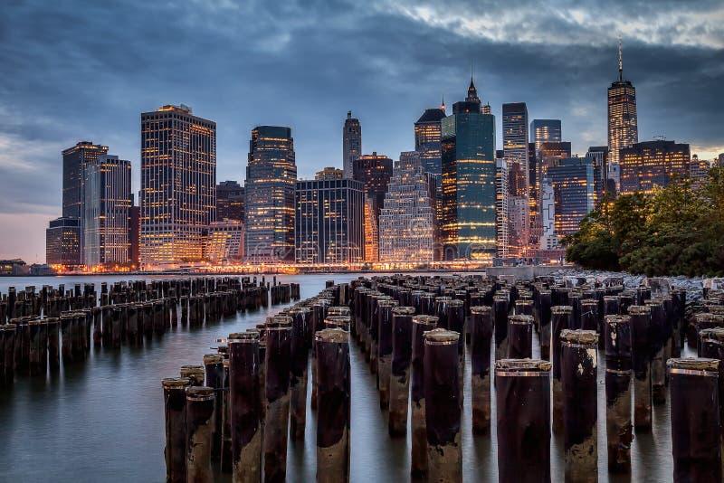 Lower Manhattan linia horyzontu z pilonami fotografia royalty free