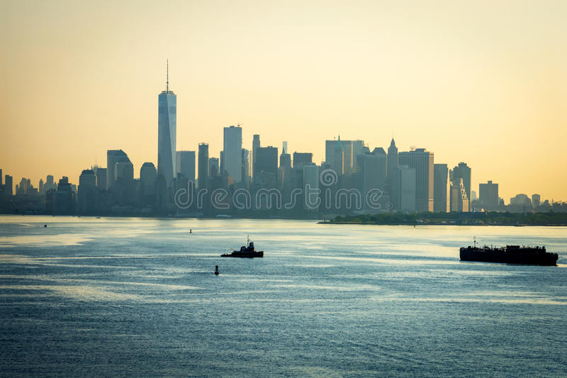 Lower Manhattan nebuloso de la mañana fotos de archivo