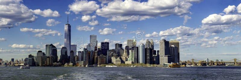 Lower Manhattan von der Fähre stockbilder