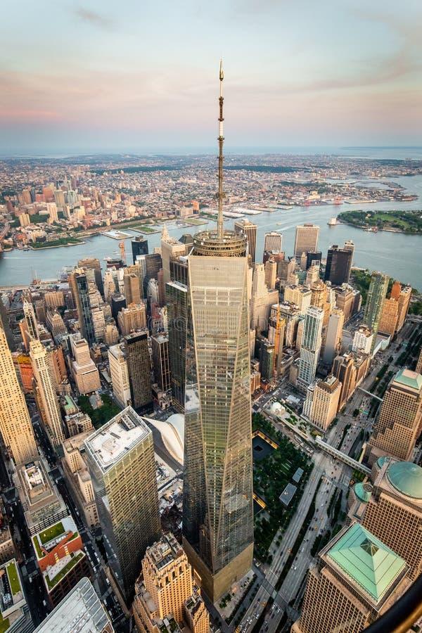 Lower Manhattan y opinión financiera del horizonte del distrito foto de archivo