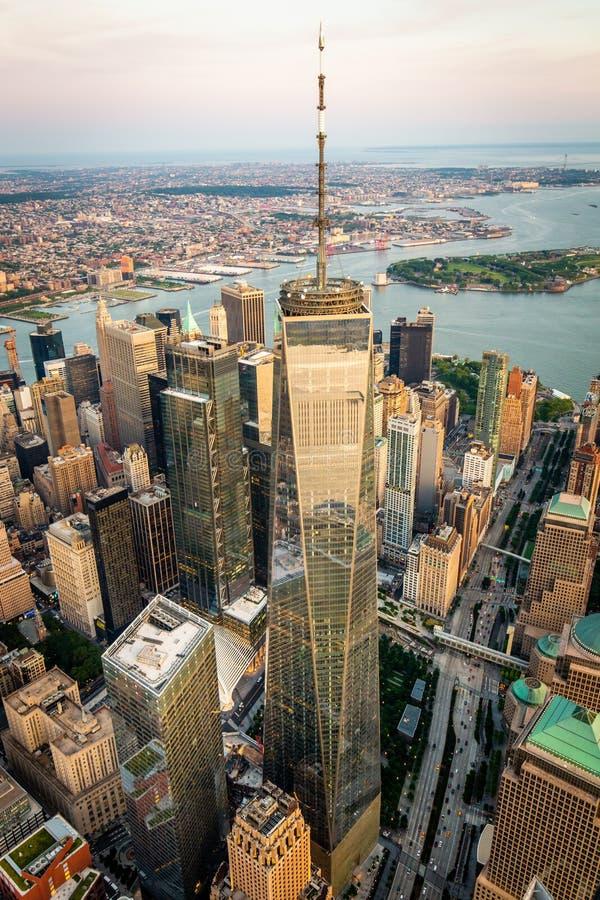 Lower Manhattan y opinión financiera del horizonte del distrito imagen de archivo