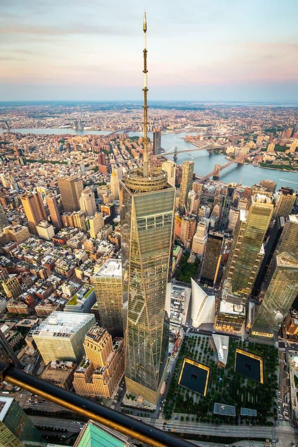 Lower Manhattan y opinión financiera del horizonte del distrito imagenes de archivo