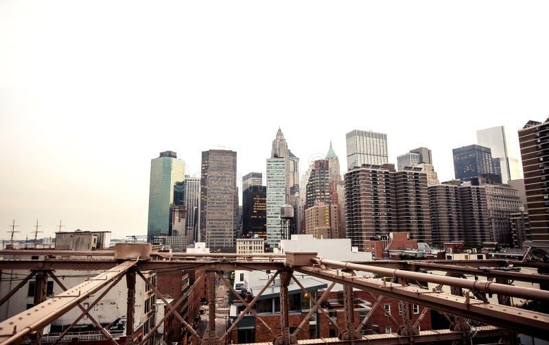 Lower Manhattanhorisont från den Brooklyn bron fotografering för bildbyråer