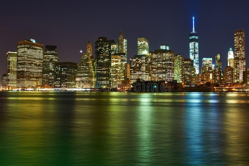 Lower Manhattanhorisontsikt på natten från Brooklyn royaltyfri fotografi