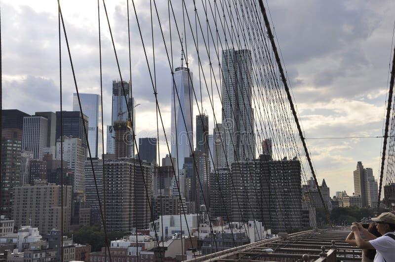 Lower Manhattanpanorama van de Brug van Brooklyn over de Rivier van het Oosten van de Stad van New York in Verenigde Staten royalty-vrije stock afbeelding