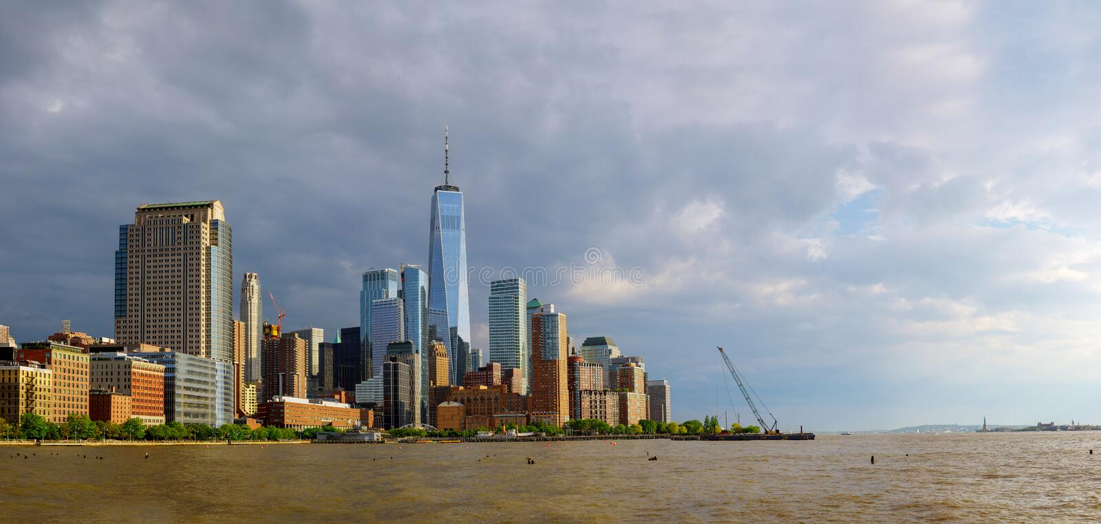 Lower Manhattanskyskrapor och en World Trade Center, New York City royaltyfria bilder