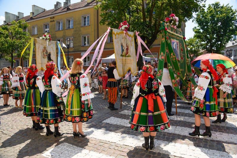 Lowicz/Polônia - 31 de maio 2018: Procissão do feriado da igreja do Corpus Christi, parada foto de stock royalty free