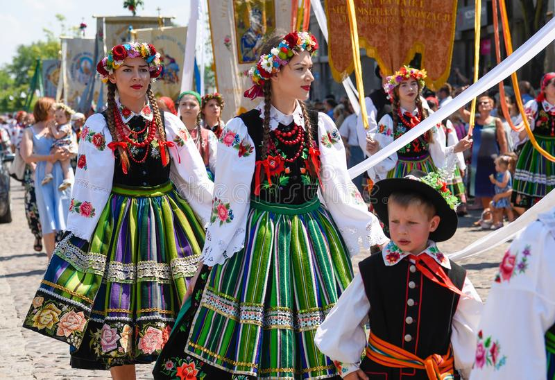 Lowicz/Polen - 31. Mai 2018: Corpus Christi-Kirchen-Feiertagsprozession Lokale Frauen gekleidet in den Völkern, Landestrachten stockbild