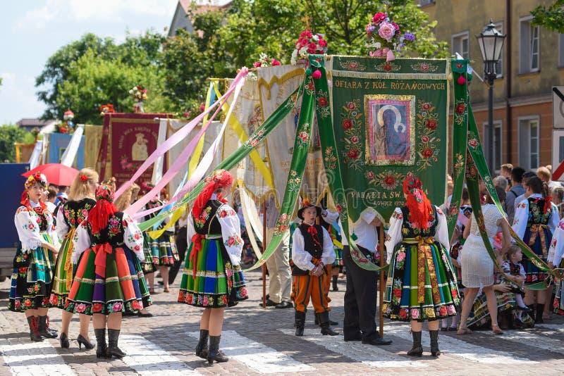 Lowicz/Polonia - 31 de mayo 2018: Procesión del día de fiesta de la iglesia del Corpus Christi, desfile imagen de archivo libre de regalías