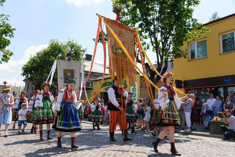 Lowicz/Polonia - 31 de mayo 2018: Procesión del día de fiesta de la iglesia del Corpus Christi, desfile imágenes de archivo libres de regalías