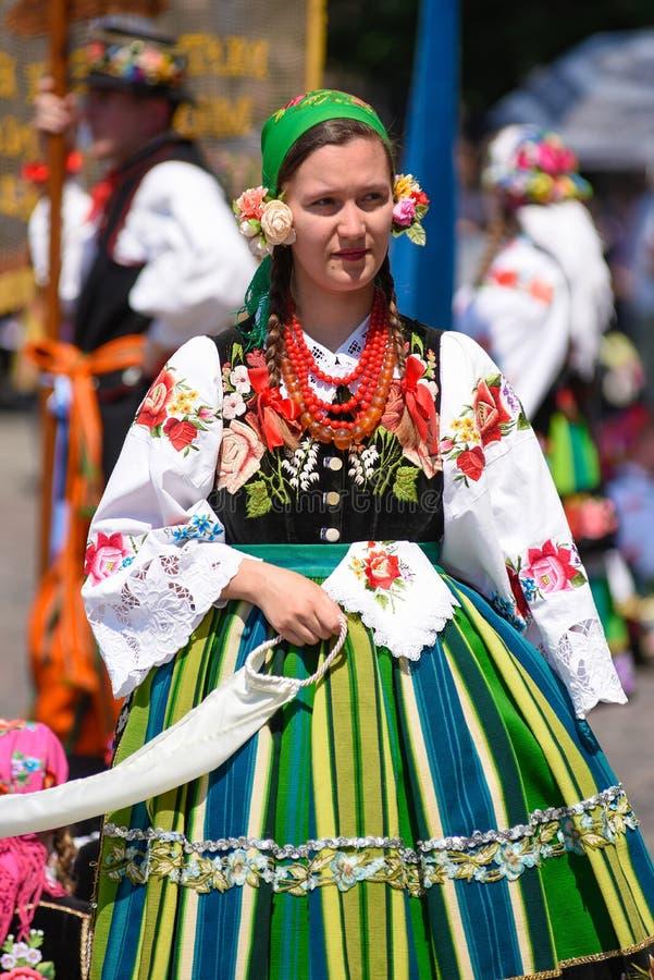 Lowicz/Polonia - 31 de mayo 2018: Procesión del día de fiesta de la iglesia del Corpus Christi Las mujeres locales se vistieron e imagenes de archivo