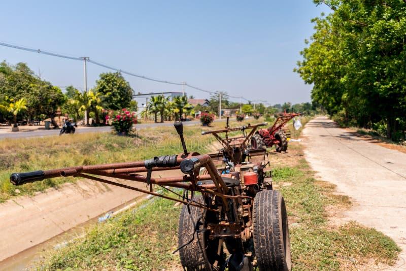 lowing的领域的,拖拉机接近的机器 免版税库存照片