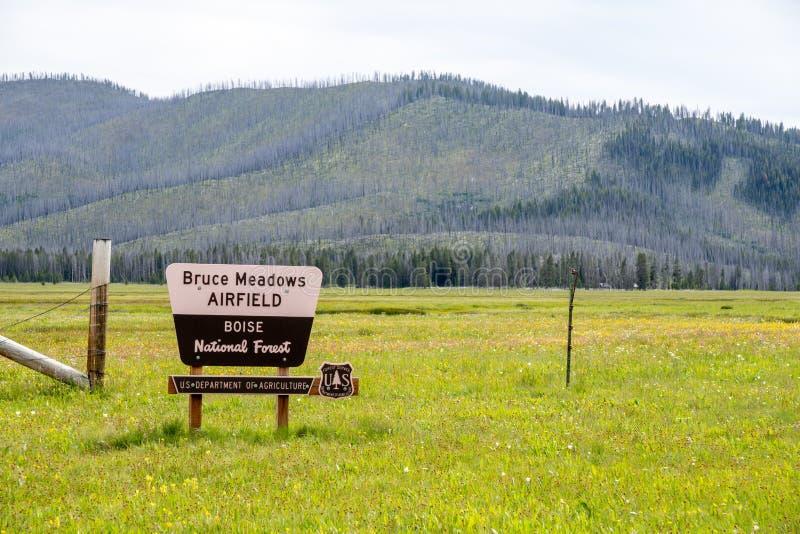 Lowman, Idaho - 1º de julho de 2019: Sinal para Bruce Meadows Airfield, um aeroporto da pista de aterrissagem situado em Boise Na imagem de stock royalty free