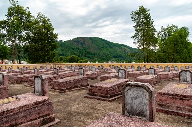 Loww ner perspektiv av kommunistiska kriggravar från vietnamkriget, med kullar i bakgrunden royaltyfri bild