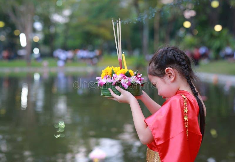 Loy Krathong-festival, Aziatisch Kindmeisje in Thaise traditionele kleding met holding krathong voor vergiffenisgodin Ganges aan royalty-vrije stock fotografie