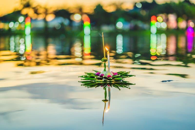 Loy Krathong festiwal, ludzie kupuje kwiaty, świeczkę i zaświecać świętować Loy Krathong festiwal i unosić się na wodzie zdjęcie royalty free