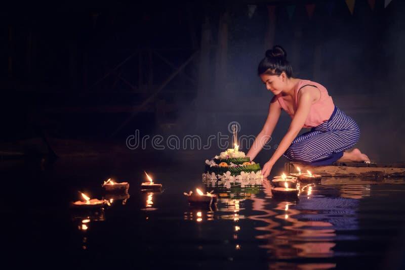 Loy Krathong Traditional Festival, kratong tailandês da posse da mulher, tailandês foto de stock