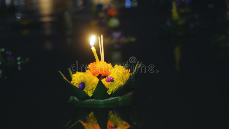 Loy Kratong Festival comemorou em Tailândia Lance barcos das flores e velas em uma lagoa foto de stock royalty free