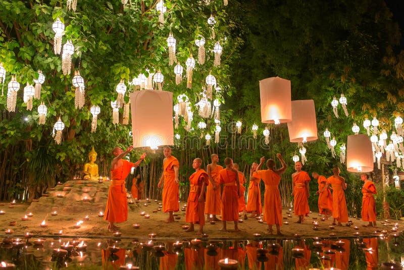 Loy Kratong Festival, velas do fogo da monge budista à Buda e à lâmpada de flutuação sobre em Phan Tao Temple, Chiangmai, Tailând fotos de stock