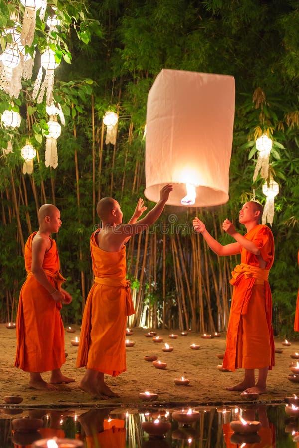Loy Kratong Festival, velas do fogo da monge budista à Buda e à lâmpada de flutuação sobre em Phan Tao Temple, Chiangmai, Tailând fotos de stock royalty free