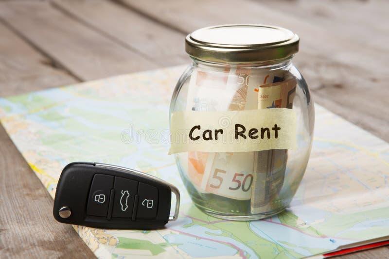 Loyer de voiture - verre d'argent, cl? de voiture et feuille de route photographie stock libre de droits