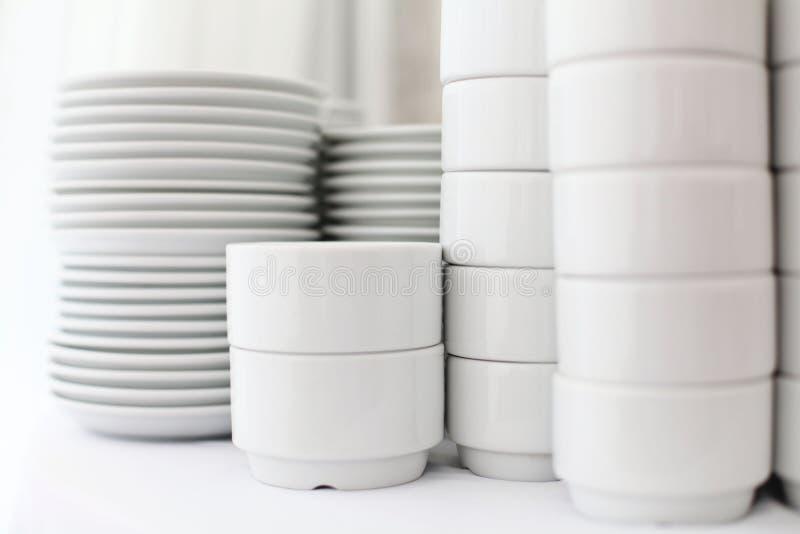 Loza blanca en un fondo blanco imagen de archivo libre de regalías