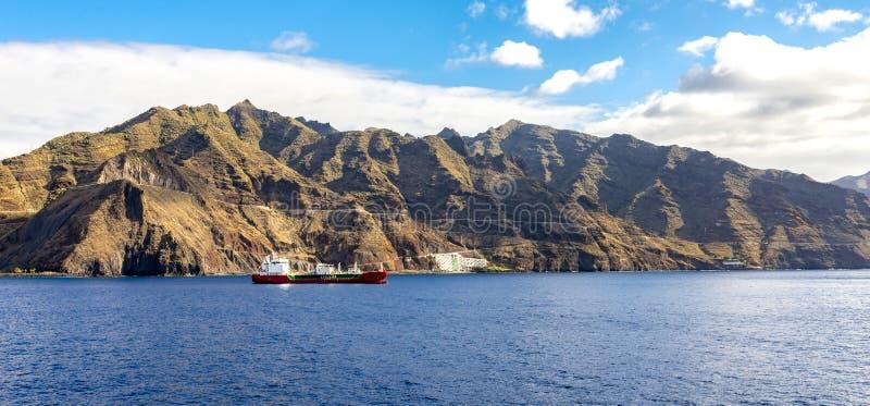 LPG-fartyg nära den Tenerife kustlinjen med Anaga berg på bakgrund, kanariefågelöar, Spanien royaltyfri bild