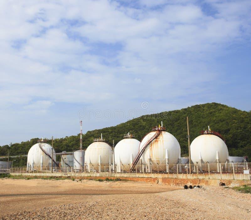 LPG-gashouderopslag in het petrochemische gebruik van het zware industrielandgoed stock afbeelding