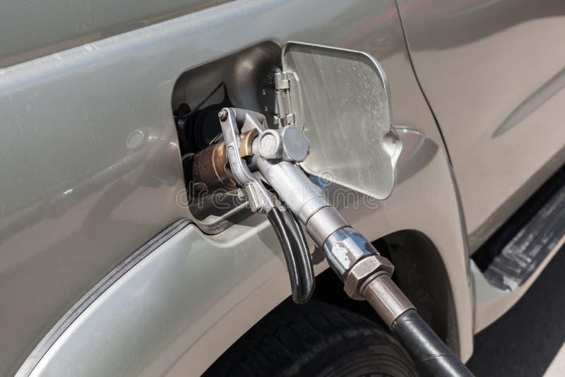LPG-het vullen van moderne auto op benzinestation royalty-vrije stock fotografie