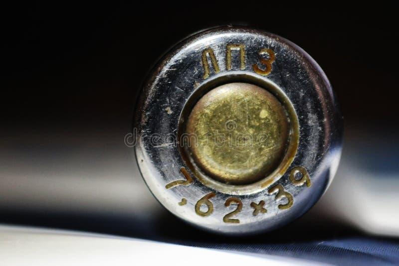 LPZ, 7 62, AK-47 дают полный газ, патрон, рукав, патрон пистолет-пулемета, конец-вверх, конец-вверх, автомат Калашниковаа, латунн стоковое фото