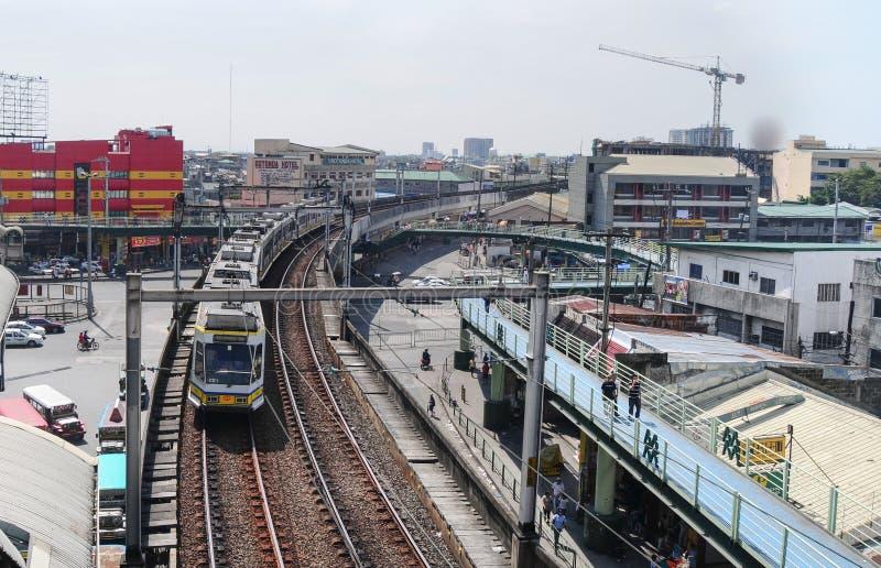 LRT-Zug kommt zu einer Bahnstation in Manila lizenzfreie stockfotos