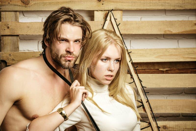 ?lska hemmastadda par tillsammans Attraktiva älska par spenderar tid tillsammans sexig kvinna och hennes muskulösa man arkivbilder