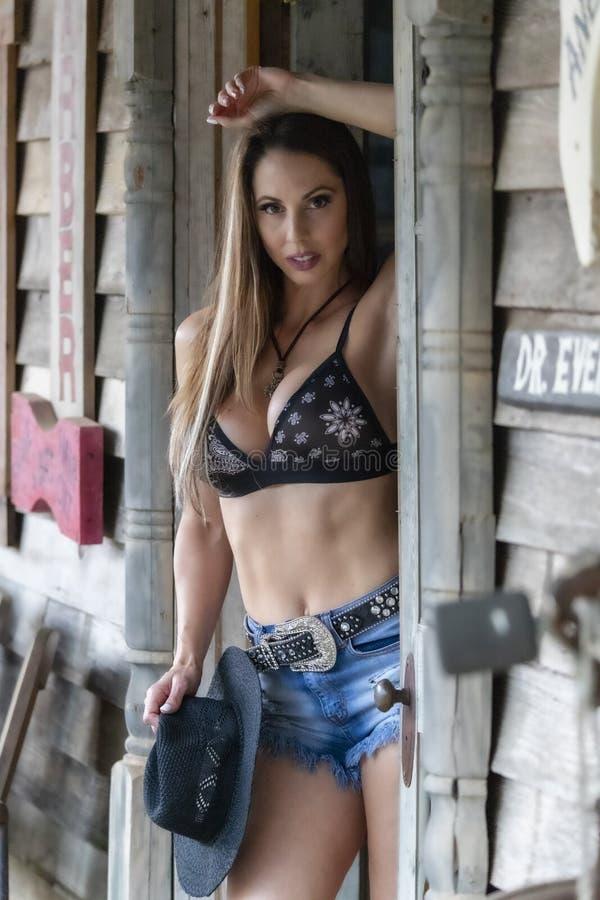 ?lskv?rd brunettcowgirlmodell Posing Outdoors arkivbild