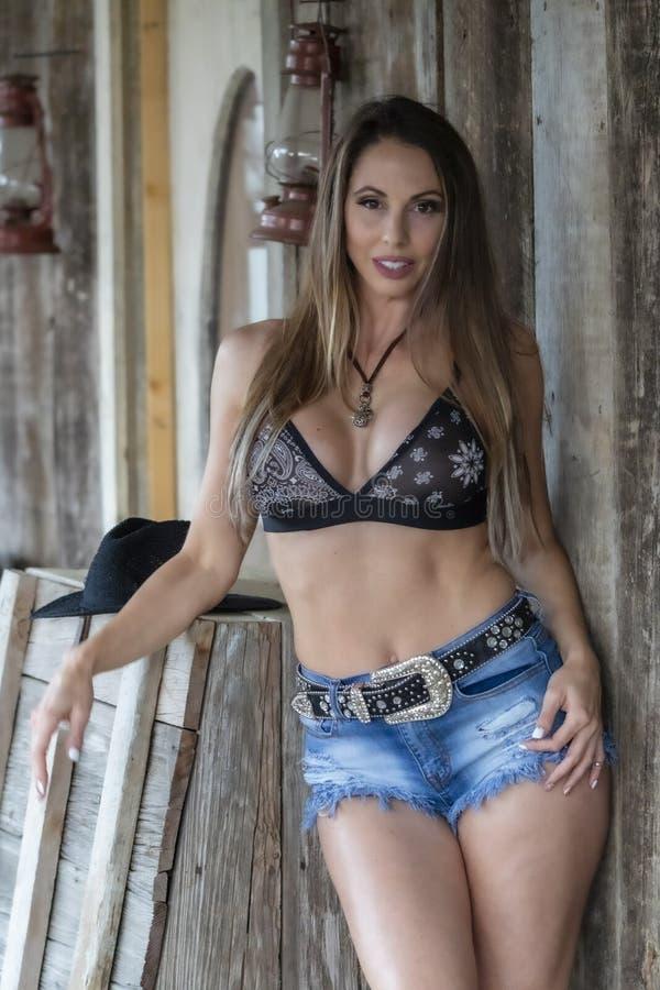 ?lskv?rd brunettcowgirlmodell Posing Outdoors arkivfoto
